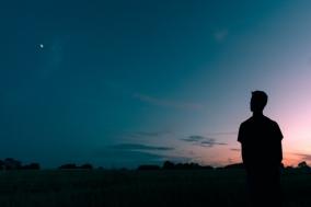[Opinion] 한 세상을 업고 강을 건너야 하는 인간에 대하여 [도서]