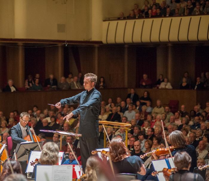 리버풀 필하모닉홀에서 로열 리버풀 필하모닉 오케스트라를 지휘하는 바실리 페트렌코2.jpg