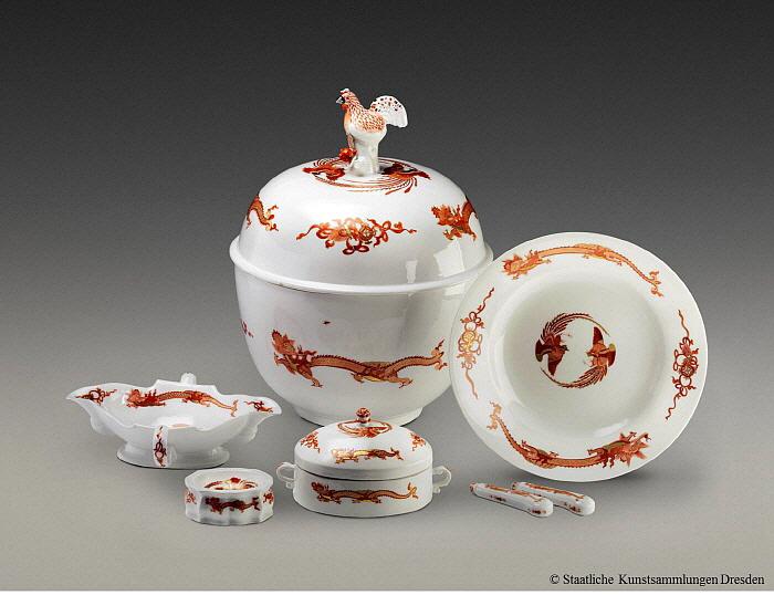 '붉은 용' 식기 세트, 1730~1770년 경, 도자기박물관 소장.jpg
