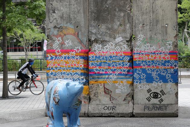 베를린 장벽 훼손.jpg
