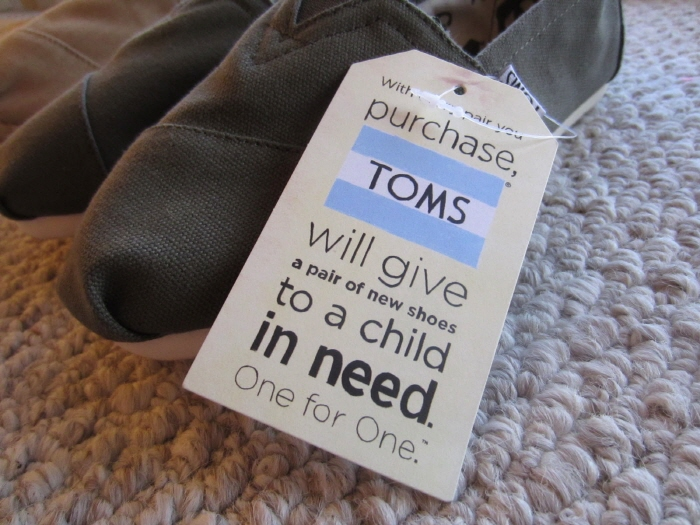 [크기변환]TOMS-will-give-a-pair-of-shoes-to-a-child-in-need.jpg