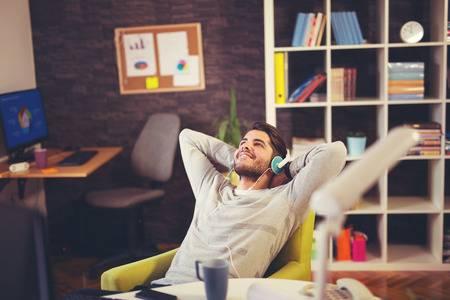 65952024-사무실에서-책상에서-음악을-듣고-창조적-인-사업가.jpg