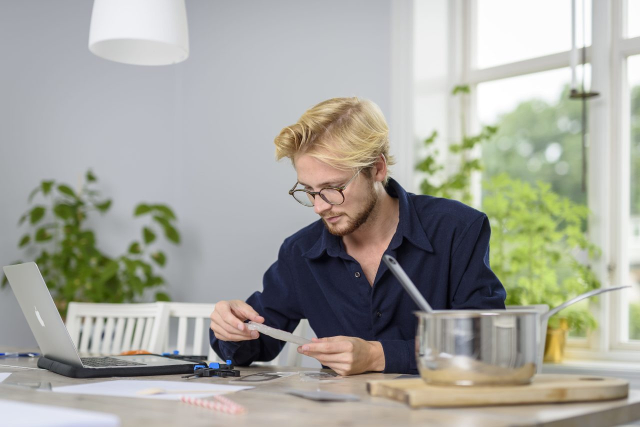 Pontus-Térnqvist-öç¦-il-designer-mentre-realizza-le-posate-in-Potato-Plastic-min.jpg