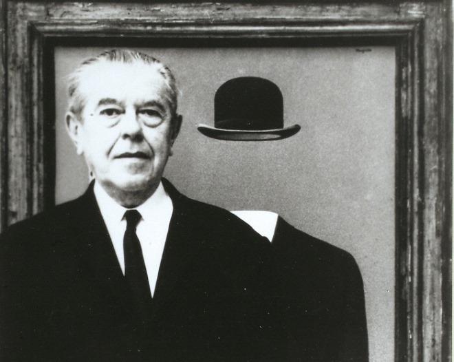 순례자_작품 앞에 서있는 르네 마그리트, 1967.jpg