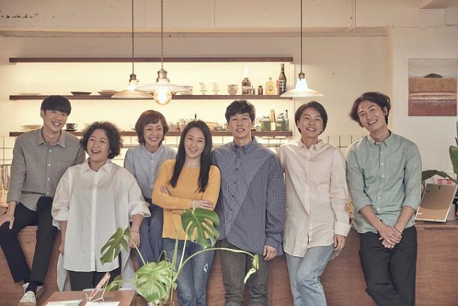 (홍보사진)연극_1인용 식탁_배우 단체.jpg