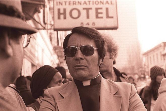 일괄편집_800px-Jim_Jones_in_front_of_the_International_Hotel.jpg