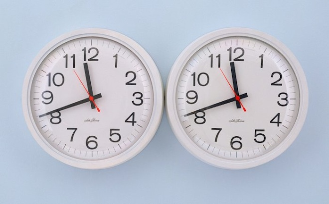 Felix-Gonzalez-Torres-Untitled-Perfect-Lovers-1991-clocks-paint-on-wall-overall-35.6-x-71.2-x-7-cm-scaled.jpg