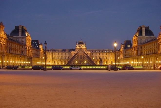 Louvre_at_night_centered.jpg