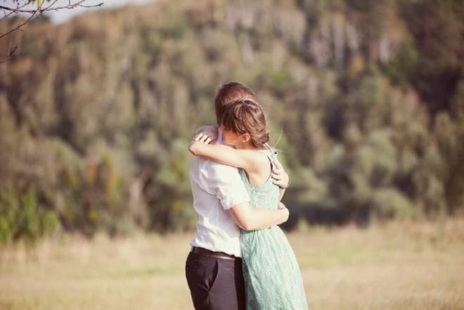 [크기변환]Young-Couple-Hugging.jpg
