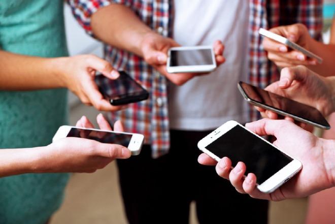 Many-hands-holding-mobile-phones.jpg