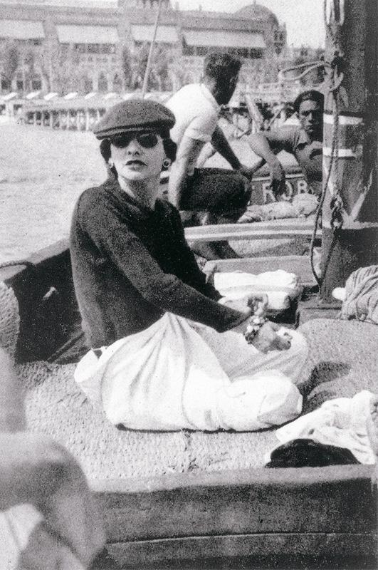 Gabrielle_Chanel_Devant_Le_Lido_Venise_1936_zoom.jpg